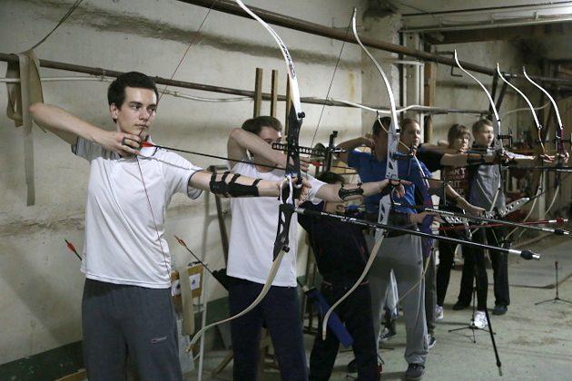 Самый слабый лук имеет силу натяжения около 9 кг, за тренировку спортсмен делает минимум сотню выстрелов, поднимая груз в общей сложности 9 центнеров – не каждый вид спорта может удивить такими нагрузками