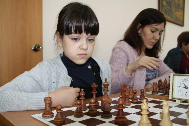 Картинки по запросу фото девочка играет в шахматы