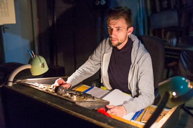 За кулисами работу актеров ивсех театральных служб координирует помощник режиссера Андрей Сироклин