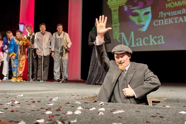 Гостем праздничной церемонии стал Ленин. Все-таки 100-летие Октябрьской революции на дворе! Вождь мирового пролетариата объявил победителя в номинации «Лучший спектакль» – опера-буфф «Синьор Фаготто» Северского музыкального театра