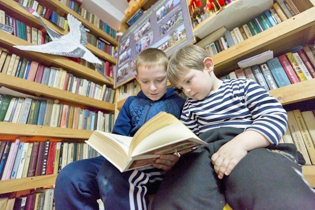 Побросав солдатиков, которые только что бились друг с другом в смертельной схватке, Илья Михеев и Никита Осипов нашли в местной библиотеке что-то более любопытное, чем пластмассовое сражение