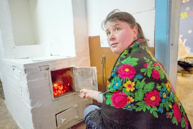 Четыре-пять охапок дров в сутки требуется Марине Картавых, чтобы поддерживать в Центре досуга комфортную температуру