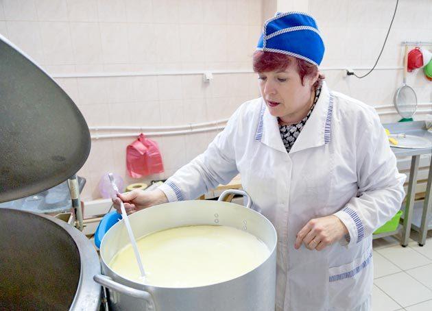 Приготовление качественной сырной крошки – залог правильной брынзы. Сырный сгусток нужно разрезать как можно тщательнее. Чем мельче будет крошка, тем плотнее получится будущая брынза