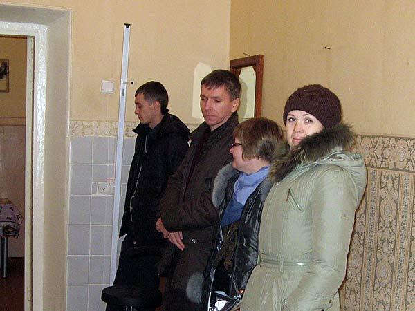 Для выездного заседания суду была предоставлена ординаторская 10-го отделения Томской областной психиатрической больницы. Родственники погибших не спешили размещаться: ждали, что будут приглашены в более подходящее помещение. Но нет: судья и его помощник заняли единственный стол, подсудимый и пристав устроились около двери – и процесс начался…
