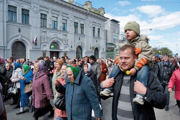 В Крестном ходе активное участие принимали семьи с детьми