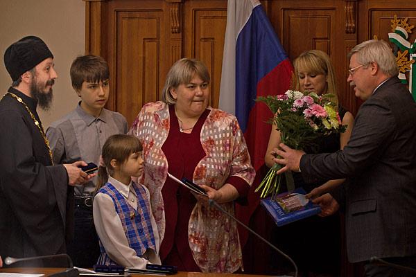 Рекордсменом среди награжденных 15 мая стала семья Легостаевых-Носковых, проживающая в Томске. Они воспитывают девятерых детей