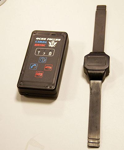 СЭМПЛ состоит из двух частей: электронного браслета, который крепится на руке или ноге, и передающего устройства, которое осужденный должен держать на расстоянии не более 5 м от браслета