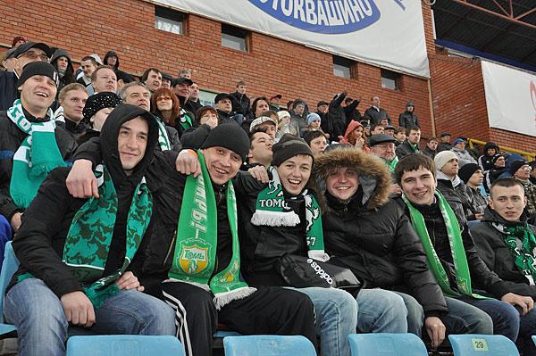 В день последнего матча на стадионе был аншлаг. Может быть, благодаря бесплатным билетам, но, скорее, потому, что футбол в Томске любят...