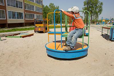«Песок еще чистый, во всяком случае внешне», – оценивает детский городок в Зеленых Горках Андрей Грицан. Кстати, в результате исследований эта площадка попала в категорию «чистая»