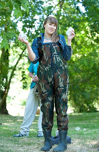 Ольга Дмитриева на берегу реки Иветт (Париж) после отбора проб воды для исследования
