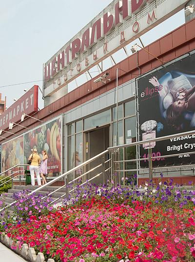 Фасад ЦОТа этим летом преобразился: исчезли торговые киоски, зато появились аккуратные цветочные клумбы