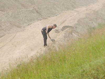 30 июля 2012 года. Специалист испытательного центра «Стромтест» ТГАСУ Геннадий Петров берет пробы песка на левобережной дороге
