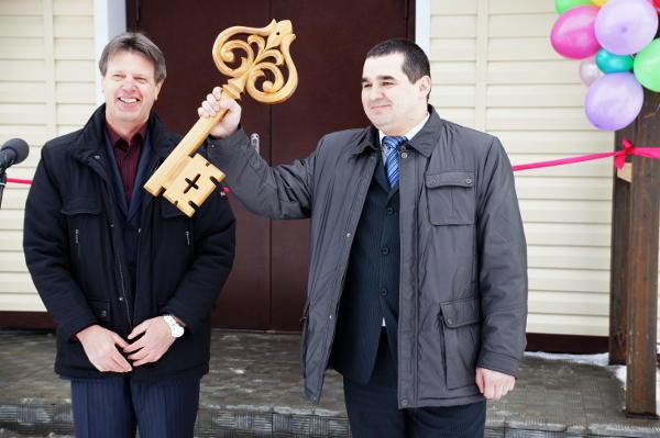 На церемонии открытия символический ключ от отремонтированного здания заведующему отделения вручал Николай Эльшайдт, директор компании, которая занималась ремонтом больницы