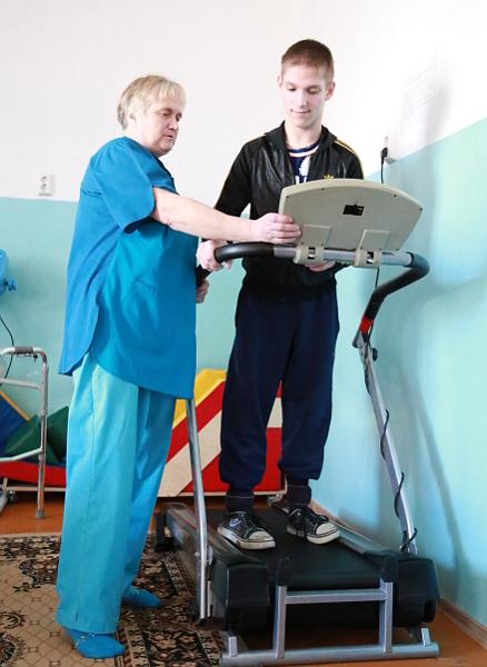 Два-три раза в неделю Дима занимается в тренажерном зале с инструктором по лечебной физкультуре Людмилой Семенниковой. Прогресс налицо, ведь когда Димка попал в Тунгусово в десятилетнем возрасте, он мог только ползать