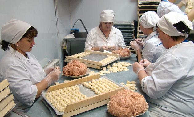 Сотрудницы цеха полуфабрикатов производят по 200 кг пельменей в день