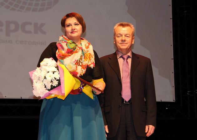 Алину Гуляеву поздравляет мэр Северска Григорий Шамин