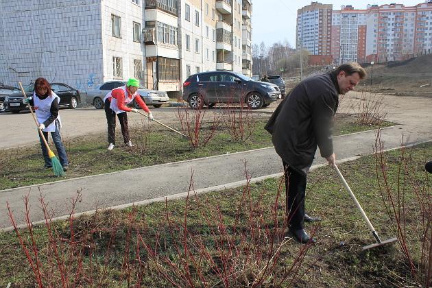 В апреле 2014 года мэр ИванКляйн вместе с жителями Солнечного вышел на субботник