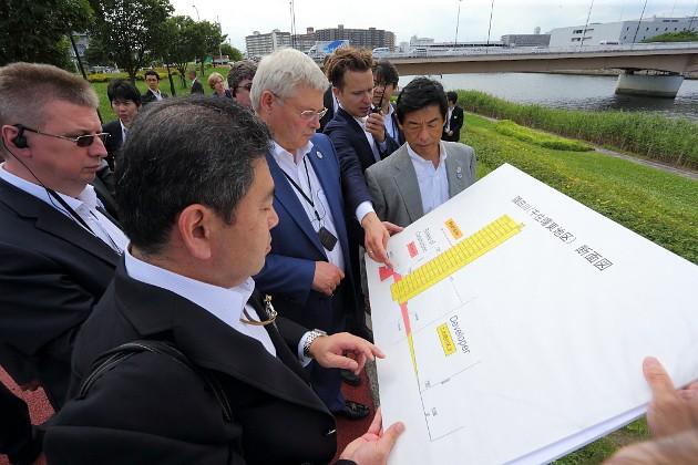 Токийские набережные уникальны тем, что не закованы вгранит имрамор, апредставляют уютные икомфортные зеленые зоны для прогулок иотдыха горожан. Сергею Жвачкину такая идея обустройства набережной реки пришлась по душе. Кое-что он взял на заметку