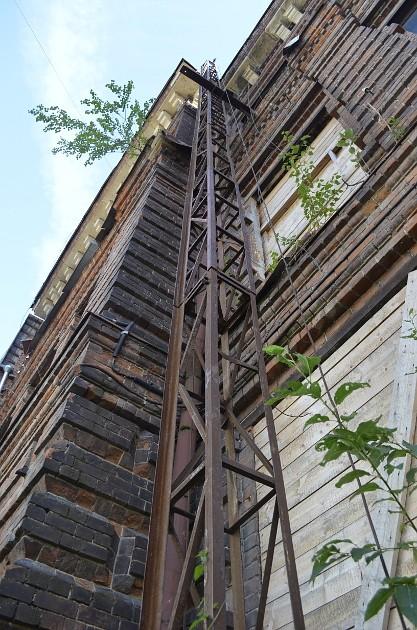 По этому сооружению селфизависимые и влезают на крышу здания бывшего Гуманитарного лицея