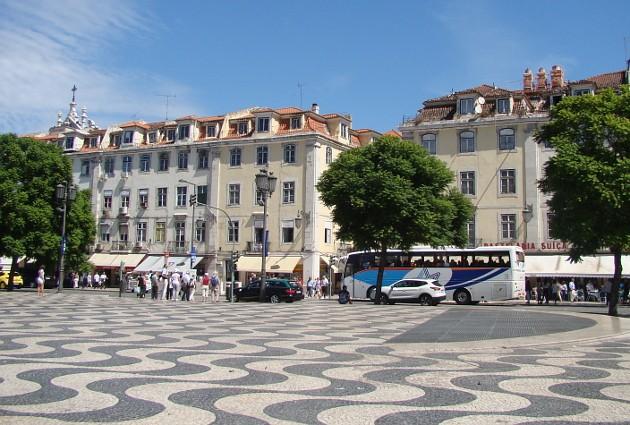 Площади, бульвары итротуары португальских городов иигрушечных деревушек вымощены кусочками белого песчаника ичерного базальта. Модниц втуфельках на шпильках здесь не увидишь