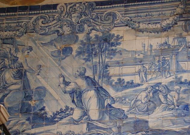 Стены португальских зданий украшены плиткой азулежу. Изразцы завезли встрану арабы. Постепенно сразноцветных сюжетов мастера перешли на сине-белое исполнение (чем не русская Гжель?)