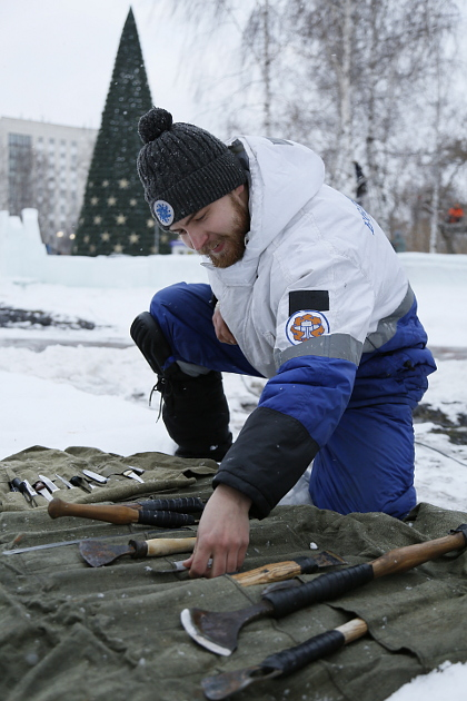 Готовых инструментов для обработки льда нет, и скульпторы обычно доводят до ума те, что предназначены для работы с деревом. В арсенале есть даже кухонные ножи для хлеба – с их помощью выполняется деталировка