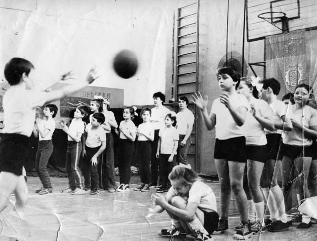 Соревнования «Мама, папа, я – спортивная семья». Родители где-то среди болельщиков