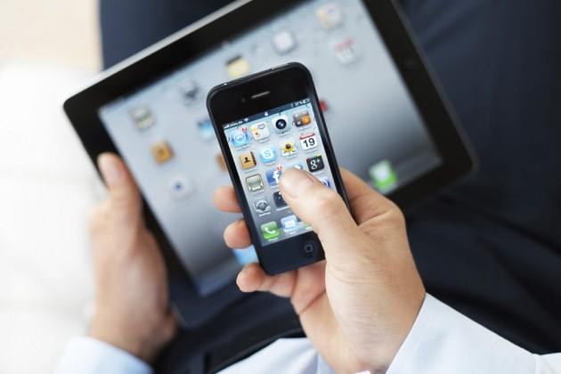 смартфон-и-планшет-в-руках-1000x666