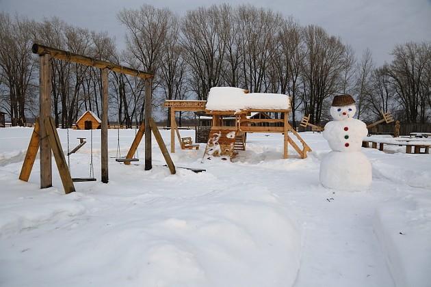 На территорию «Братины» после «Праздника топора» по совету вице-губернатора Андрея Кнорра перебралась рукотворная деревянная горка