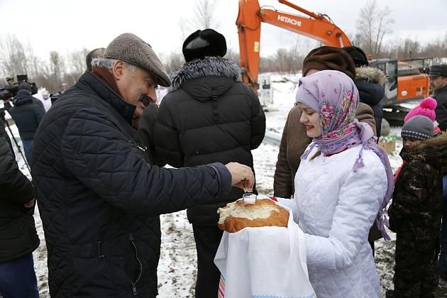 На открытии «дороги жизни» земляки с удовольствием поздравили с 55-летием своего депутата в Законодательной думе области Паруйра Яврумяна. Алые розы в букете юбиляра на фоне белого снега смотрелись особенно торжественно