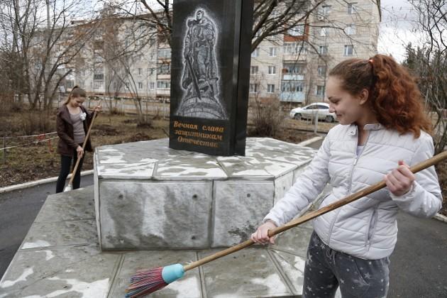 Семиклассницы из Кисловки Алена Саввон и Таня Шептор соринки не оставили на постаменте