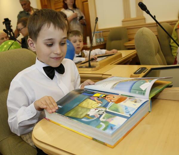 читающий мальчик