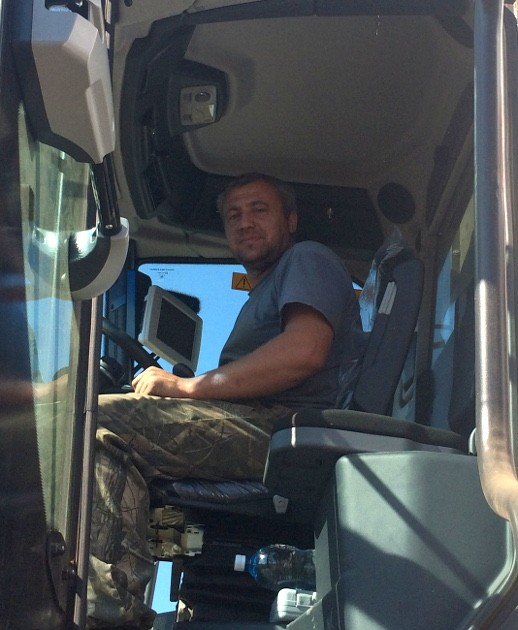Лен-кудряш убирают при помощи зерноуборочных комбайнов. Комбайнер Виталий Телков и его напарник намолотили 44 тонны семени льна. Урожайность составила 11 центнеров с гектара