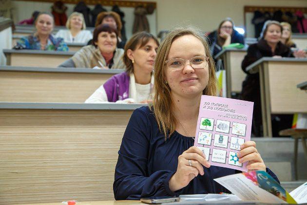 В награду за решенную сложную задачу старший преподаватель ТГУ Лилия Селюнина получила… целую книгу таких задач