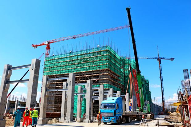 Тобольск, Тюменская область. Июнь 2017. Строительство здания экструзии на установке по производству полипропилена