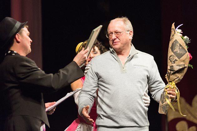 Бурными аплодисментами коллеги приветствовали Сергея Иванова, победителя в номинации «Лучшая мужская роль» (Эндрю Макдаффи в спектакле «Макдаффи. Весельчаки, храни вас Бог», Северский театр для детей и юношества)